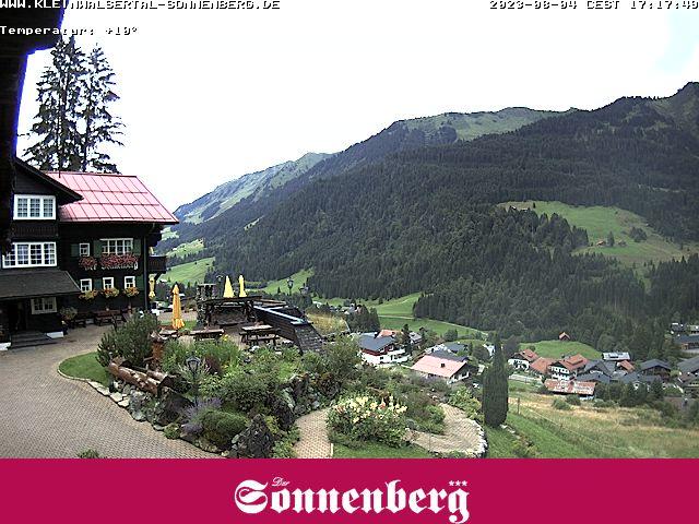 Das Hotel Sonnenberg in Hischegg gewährt Ihnen einen Blick über das Kleinwalsertal und die Berge.